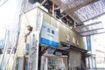 JR桜井線・三輪駅の駅名標がなぜか店先に…あと謎のクレープ自販機