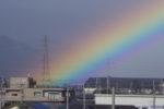ものすごく立派な虹と、その中へと進む試運転中の271系